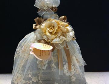 creazioni artistiche bottiglia vetro vestita con fiori e pizzo, prodotta in Italia