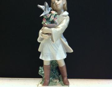 sconto discount statua ragazza con fiori e colomba lladro'