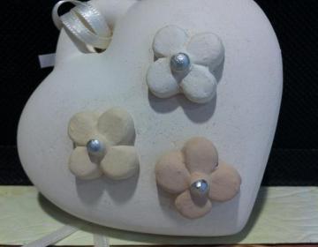 bomboniera profumatore cuore bianco con fiori gesso