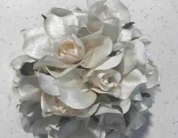 Cupido: sfera di fiori bianchi