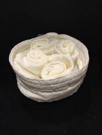 Creazioni artistiche cestino con lavette per ospiti for Creazioni per la casa